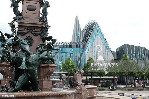 Augustusplatz mit Paulinum in Leipzig links im Bild der Mendebrunnen der Universitätsbau erinnert an die 1968 von der SED gesprengte Paulinerkirche...