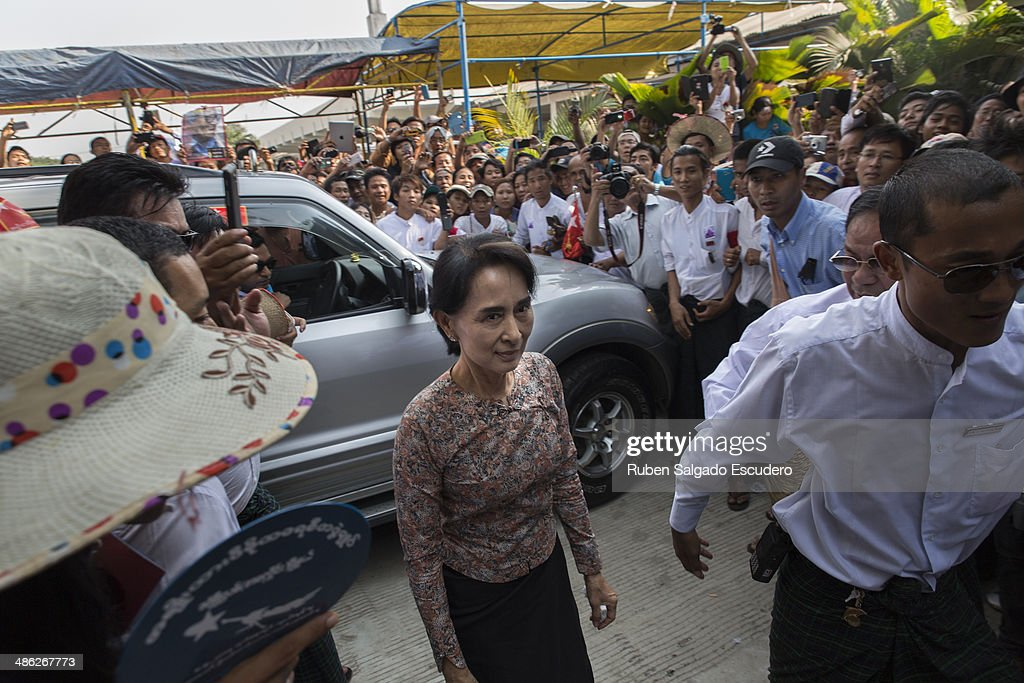 Aung San Suu Kyi arrives at Yay Way cemetery during Win Tin's funeral on April 23, 2014 in Yangon, Burma. The Burmese journalist who helped Aung San Suu Kyi launch a pro-democracy movement against the junta military regime, died April 21 in Rangoon.