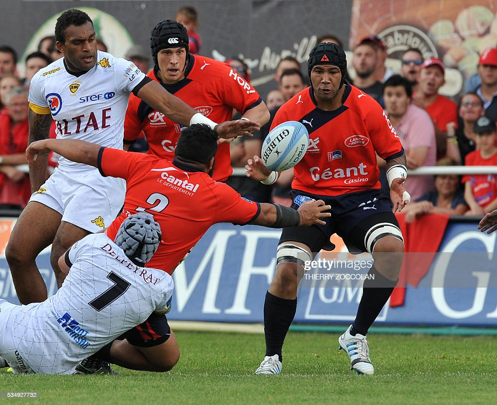 Aurillac's New Zealander winger Alexander Luatua (2ndR) passes the ball to Aurillac's Samoan flanker Utu Maninoa(R) during the French Union Pro D2 rugby match Aurillac vs Mont-de-Marsan at the Jean Alric stadium in Aurillac, central France, on May 28, 2016.
