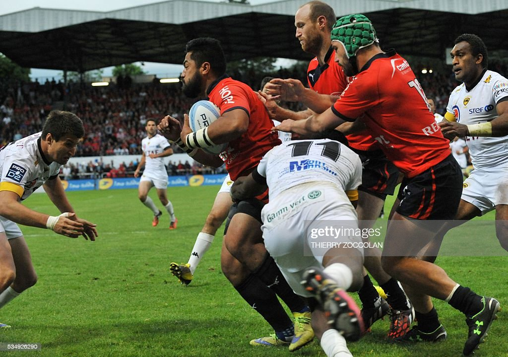 Aurillac's Samoan flanker Utu Maninoa (C) runs with the ball during the French Union Pro D2 rugby match Aurillac vs Mont-de-Marsan at the Jean Alric stadium in Aurillac, central France, on May 28, 2016.