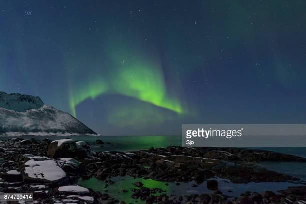 Aurora noordelijke Polar licht in de nachtelijke hemel over Noord-Noorwegen