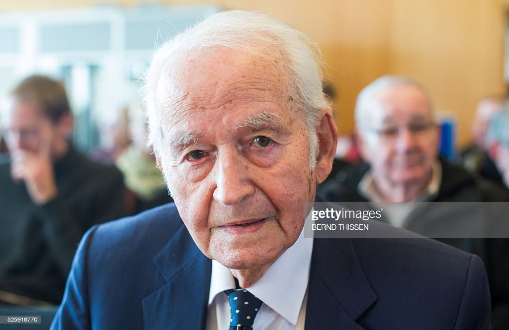 Auschwitz-survivor Leon Schwarzbaum attends a session of a trial against former Auschwitz guard Reinhold Hanning (not in picture) at the court in Detmold, western Germany, on April 29, 2016. The 94-year-old former Auschwitz guard is on trial for complicity in the murders of tens of thousands of people at the Nazi concentration camp. / AFP / POOL / Bernd Thissen