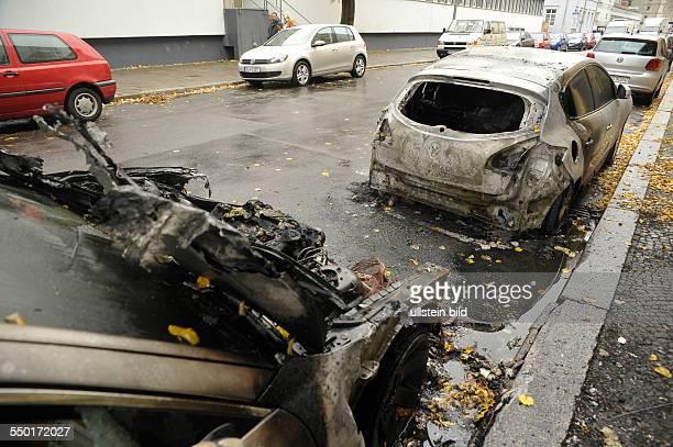 Ausgebrannte Fahrzeuge nach einem vermutlichen Brandanschlag in der Kleinen Alexanderstrasse in BerlinMitte