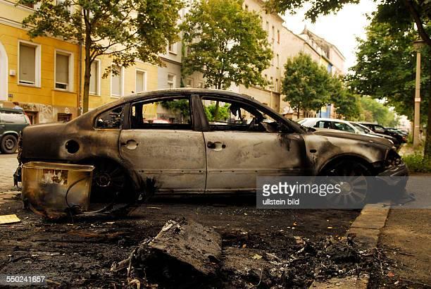 Ausgebrannter PKW VW Passat nach einem vermutlichen Brandanschlag in der Adalbertstrasse in BerlinKreuzberg