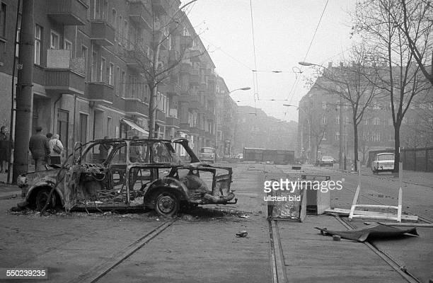 Ausgebranntes Autowrack in der Boxhagener Strasse als Barrikade am Tag nach der Räumung der besetzen Häuser in der Mainzer Strasse in Berlin...