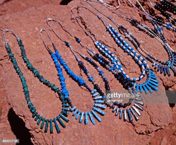 Auslage von selbstgefertigten indianischen Schmuck einer NavajoIndianerin an einem rustikalen Verkaufsstand im wuestenhaften Monument Valley in...