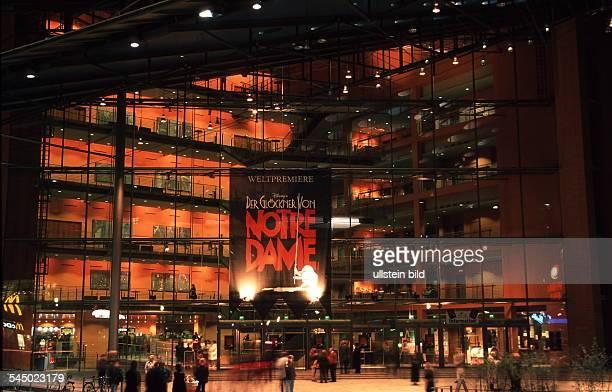 Aussenansicht bei Nacht mit Plakatfür 'Der Glöckner von Notre Dame' Oktober 1999