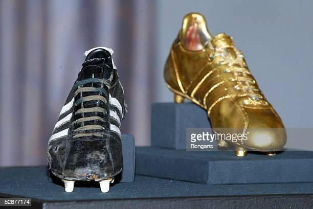 Ausstellung'Am Ball der Zeit ' Mainz Pressekonferenz Fussballschuh von 1954 und vergoldet