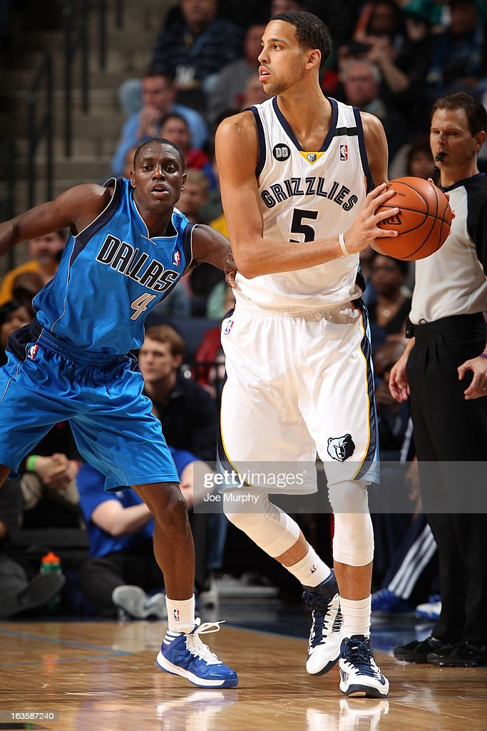 <a gi-track='captionPersonalityLinkClicked' href=/galleries/search?phrase=Austin+Daye&family=editorial&specificpeople=4682416 ng-click='$event.stopPropagation()'>Austin Daye</a> #5 of the Memphis Grizzlies controls the ball against <a gi-track='captionPersonalityLinkClicked' href=/galleries/search?phrase=Darren+Collison&family=editorial&specificpeople=699031 ng-click='$event.stopPropagation()'>Darren Collison</a> #4 of the Dallas Mavericks on February 27, 2013 at FedExForum in Memphis, Tennessee.