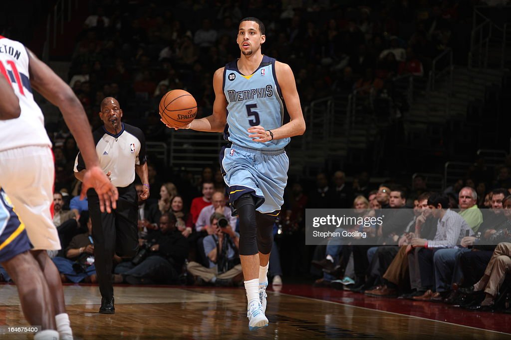 <a gi-track='captionPersonalityLinkClicked' href=/galleries/search?phrase=Austin+Daye&family=editorial&specificpeople=4682416 ng-click='$event.stopPropagation()'>Austin Daye</a> #5 of the Memphis Grizzlies moves the ball up-court against the Washington Wizards at the Verizon Center on March 25, 2013 in Washington, DC.