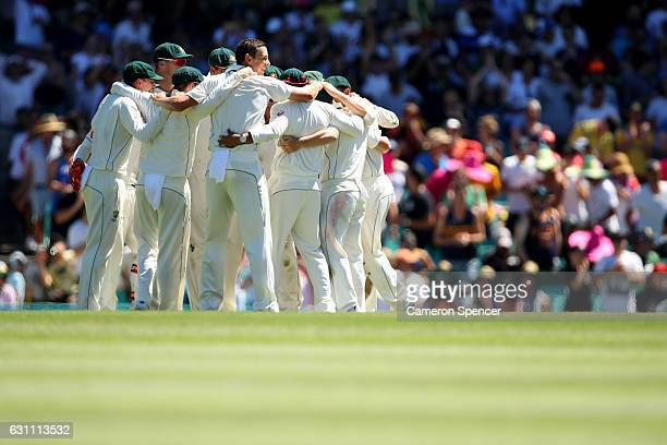 Australia celebrate winning during day five of the Third Test match between Australia and Pakistan at Sydney Cricket Ground on January 7 2017 in...
