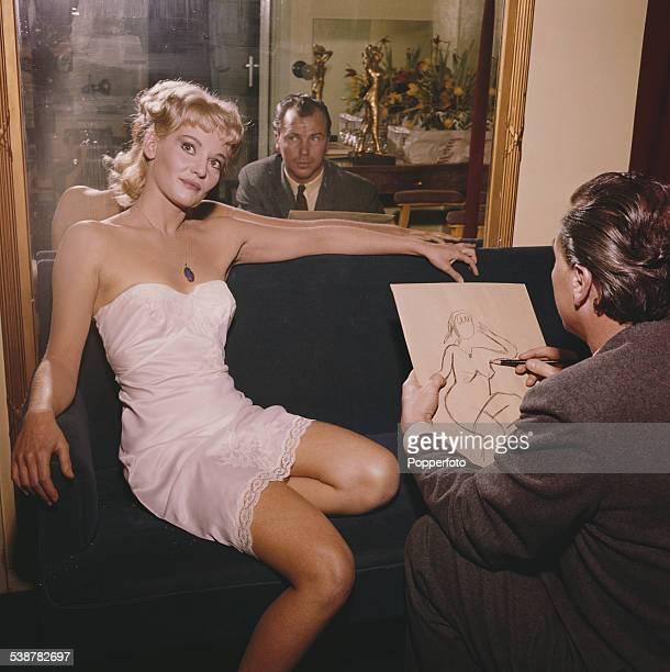 Australian actress Diane Cilento poses for Hungarian born sculptor and artist Baron Sepy Dobronyi who sketches her with pencil and paper in 1962