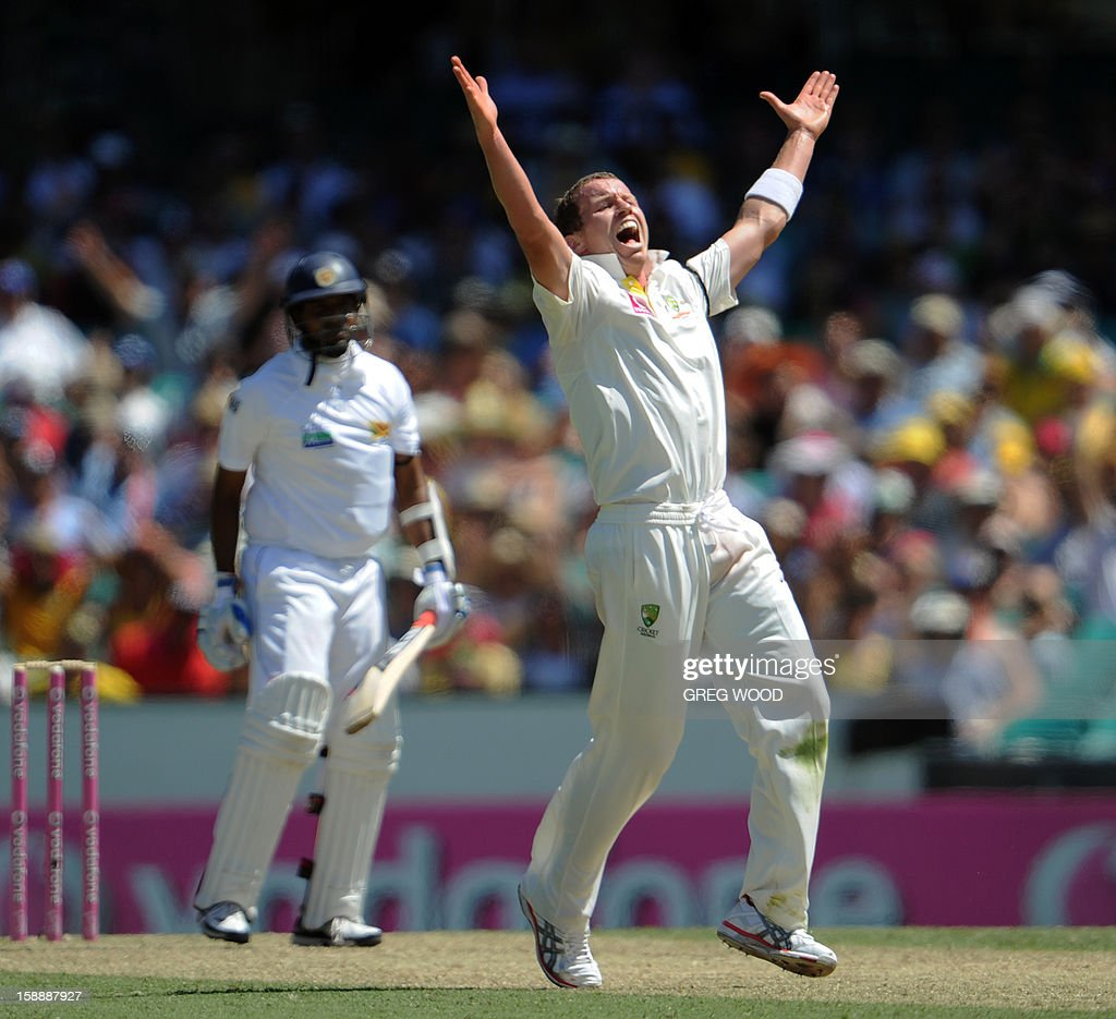 Australian bowler Peter Siddle (C) reacts after dismissing Sri Lankan batsman Thilan Samaraweera (L), on day one of the third cricket Test between Sri Lanka and Australia at the Sydney Cricket Ground on January 3, 2013. IMAGE STRICTLY RESTRICTED TO EDITORIAL USE - STRICTLY NO COMMERCIAL USE AFP PHOTO / Greg WOOD