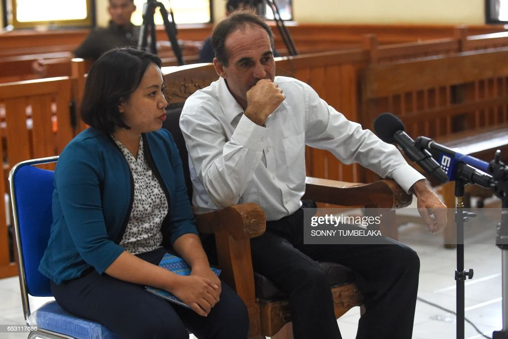Australian businessman Giuseppe Serafino (R) attends his trial at a court in Denpasar on Indonesia's resort island of Bali on March 14, 2017. Serafino is charged with using, possessing and transporting hashish after allegedly being caught in possession of small amounts of the drug in October 2016. / AFP PHOTO / Sonny TUMBELAKA