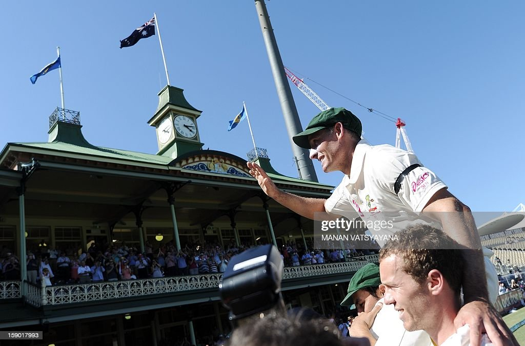 Australian cricketers Peter Siddle (R) and Mitchell Johnson (L) carry teammate Michael Hussey (C) off the field after defeating Sri Lanka on the fourth day of the third cricket Test match between Australia and Sri Lanka at the Sydney Cricket Ground on January 6, 2013. Australia beat Sri Lanka in the three Test series 3-0. AFP PHOTO/ MANAN VATSYAYANA USE
