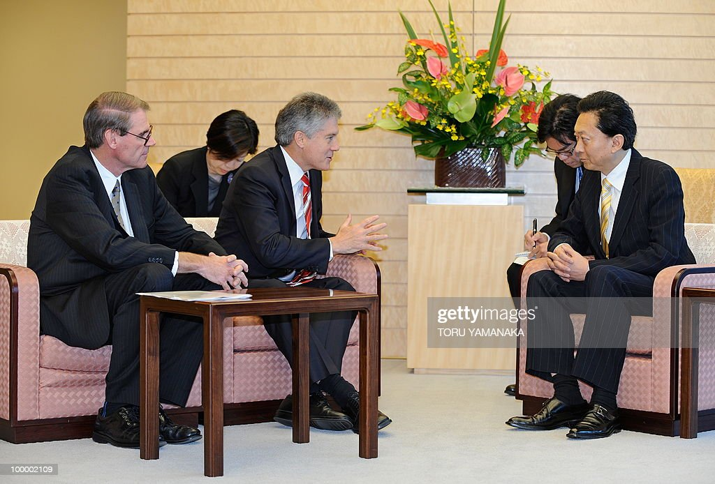 Australian Defence Minister John Faulkner (L) and Foreign Minister Srephen Smith (3rd L) chats with Japanese Prime Minister Yukio Hatoyama (R) at Hatoyama's official residence in Tokyo on May 20, 2010. The Australian ministers are here to meet with their Japanese counterparts. At 2nd L and 2nd R are unidentified interpreters.