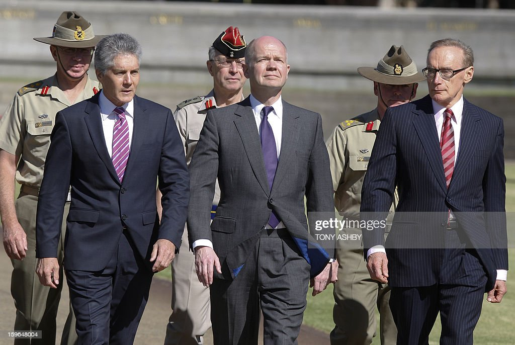 Australian Defence Minister Stephen Smith (L) British Foreign Secretary William Hague (C) and Australian Foreign Minister Bob Carr (R) march towards a wreath-laying ceremony at Perth's Kings Park War Memorial before the commencement of the Australia-UK Ministerial Consultations (AUKMIN) in Perth on January 18, 2013. The event is an annual day-long summit between the British Foreign Secretary and Defence Minister and their Australian counterparts. AFP PHOTO / POOL / Tony ASHBY