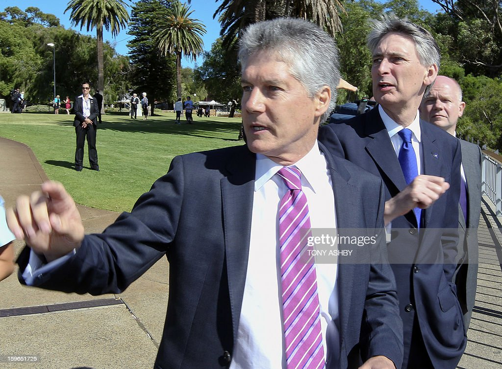 Australian Defence Minister Stephen Smith (L) points out landmarks of his home city to Britain's Defence Minister Philip Hammond (C) and British Foreign Secretary William Hague (back R) at Perth's Kings Park War Memorial before the commencement of the Australia-UK Ministerial Consultations (AUKMIN) in Perth on January 18, 2013. The event is an annual day-long summit between British ministers and their Australian counterparts. AFP PHOTO / Tony ASHBY