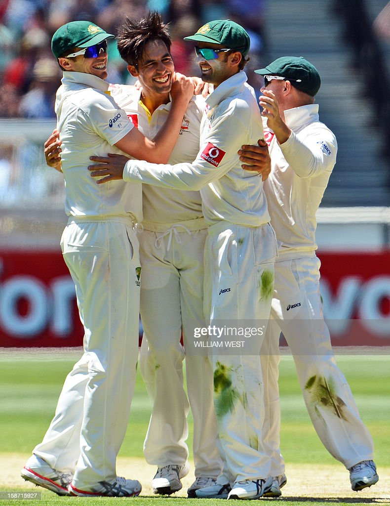 Australian fast bowler Mitchell Johnson (2nd L) celebrates dismissing Sri Lankan batsman Dhammika Prasad with teammates Peter Siddle (L), Ed Cowan (2nd R) and David Warner (R) on the first day of the second cricket Test match between Australia and Sri Lanka at the Melbourne Cricket Ground (MCG), in Melbourne, on December 26, 2012. AFP PHOTO/William WEST IMAGE RESTRICTED TO EDITORIAL USE - STRICTLY NO COMMERCIAL USE