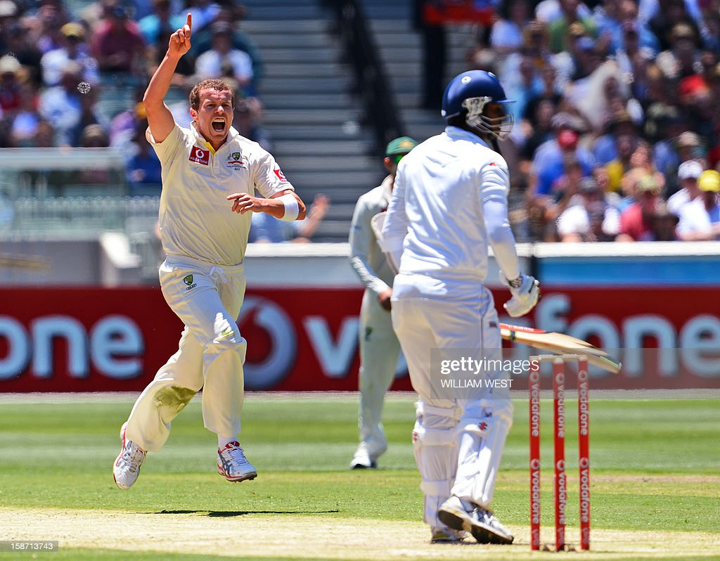 Australian fast bowler Peter Siddle (L) celebrates dismissing Sri Lankan batsman Angelo Mathews (R) on the first day of the second cricket Test match between Australia and Sri Lanka at the Melbourne Cricket Ground (MCG), in Melbourne, on December 26, 2012. AFP PHOTO/William WEST IMAGE