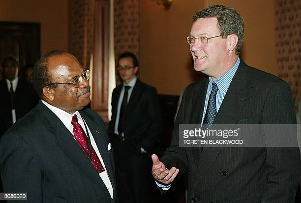 Australian Foreign Minister Alexander Downer welcomes Papua New Guinean Foreign Minister Sir Rabbie Namaliu to bilateral talks at Government House in...