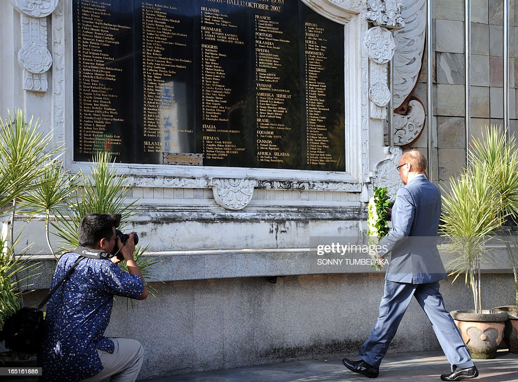 Australian foreign minister Bob Carr places a wreath at a monument for victims of 2002 Bali bombings in Kuta on Bali island on April 1, 2013. Carr is on the resort island of Bali to attend the fifth Bali Regional Ministerial Conference on people smuggling, trafficking in Persons and telated transnational crime.