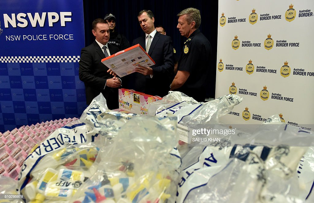 Australian Justice Minister Michael Keenan (C) examines product packaging containing concealed crystal methamphetamine with Australian Federal Police State Manager NSW Commander Chris Sheehan (L) and Australian Border Force Regional Commander NSW Tim Fitzgerald (R) at the Australian Federal Police headquarters in Sydney on February 15, 2016. Australian police have seized more than 712 million USD in crystal methamphetamine, or ice, some concealed in gel bra inserts in one of the country's biggest drug busts. AFP PHOTO / Saeed KHAN / AFP / SAEED