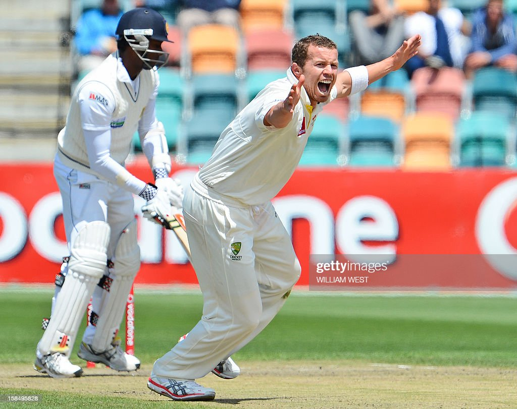 Australian paceman Peter Siddle (R) appeals for an LBW decision against Sri Lankan batsmen Angelo Mathews (L) on the final day of the first cricket Test match, in Hobart on December 18, 2012. AFP PHOTO/William WEST IMAGE