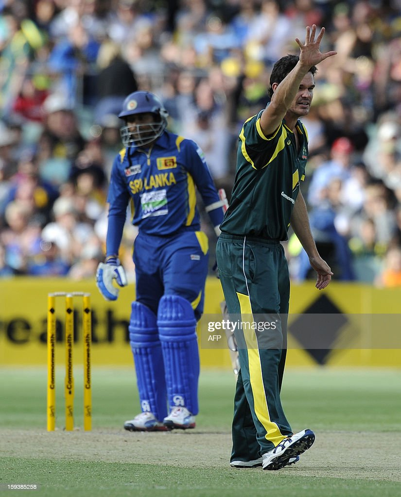 Australia's Clint McKay (R) appeals for a wicket against Sri lanka during their one-day international cricket match at the Adelaide Oval on January 13, 2013. AFP PHOTO / David Mariuz USE