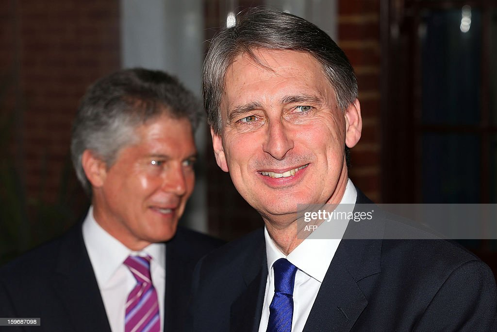 Australia's Defence Minister Stephen Smith (L) and Britain's Defence Secretary Philip Hammond (R) take part in a state reception during the annual Australia-United Kingdom Ministerial meetings (AUKMIN) in Perth on January 18, 2013. Australia on January 18 signed a defence treaty with former colonial power Britain designed to further boost cooperation on military and security issues. AFP PHOTO / POOL / Paul Kane