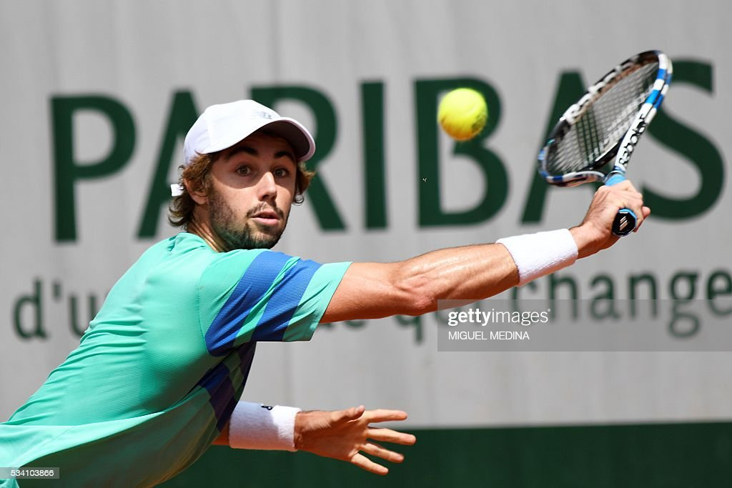 Australia's Jordan Thompson returns the ball to Croatia's Ivo Karlovic during their men's second round match at the Roland Garros 2016 French Tennis Open in Paris on May 25, 2016. / AFP / MIGUEL