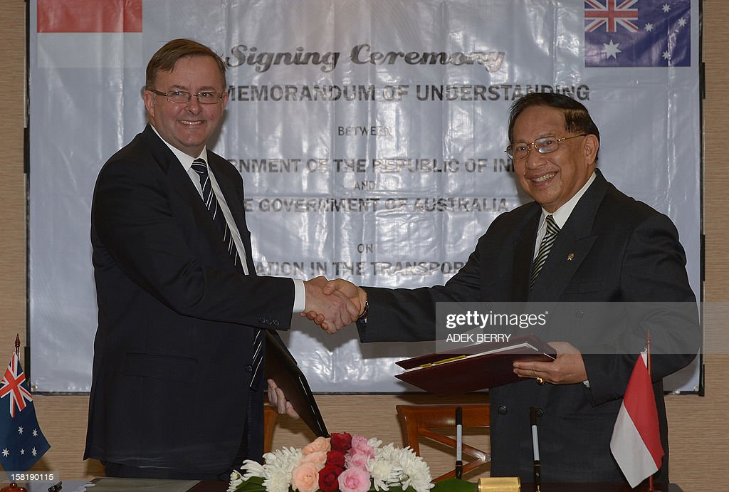 Australia's Minister for Insfrastructure and Transport Anthony Albanese (L) shakes hand with Indonesia's Minister for Transport E.E. Mangindaan (R) during a signing ceremony of Memorandum of Understanding between the government of Australia and Indonesia on transport cooperation in Jakarta on December 11, 2012. Indonesia and Australia signed on December 12 a Memorandum of Understanding (MOU) allowing Australian planes to enter Indonesian airspace to help rescue asylum-seekers stranded at sea. AFP PHOTO / ADEK BERRY
