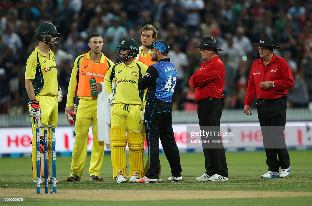 Australia's Mitchell Marsh (L) and Matthew Wade (3rd L) with Brendon McCullum of New Zealand (3rd R) await the umpires decision during the third one-day international cricket match between New Zealand and Australia at Seddon Park in Hamilton on February 8, 2016. AFP PHOTO / MICHAEL BRADLEY / AFP / MICHAEL BRADLEY