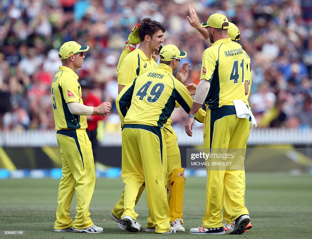 Australia's Mitchell Marsh (C) celebrates with teammates after taking the wicket of New Zealand's Luke Ronchi during the third one-day international cricket match between New Zealand and Australia at Seddon Park in Hamilton on February 8, 2016.   AFP PHOTO / MICHAEL BRADLEY / AFP / MICHAEL BRADLEY