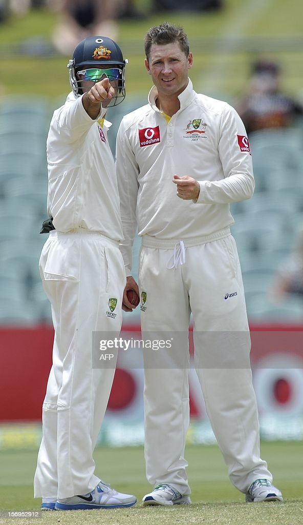 Australia's Ricky Ponting (L) and captain Michael Clarke discuss tactics on the fifth day of the second cricket test match against South Africa in Adelaide on November 26, 2012. AFP PHOTO / David Mariuz -- IMAGE STRICTLY FOR EDITORIAL USE - STRICTLY NO COMMERCIAL USE