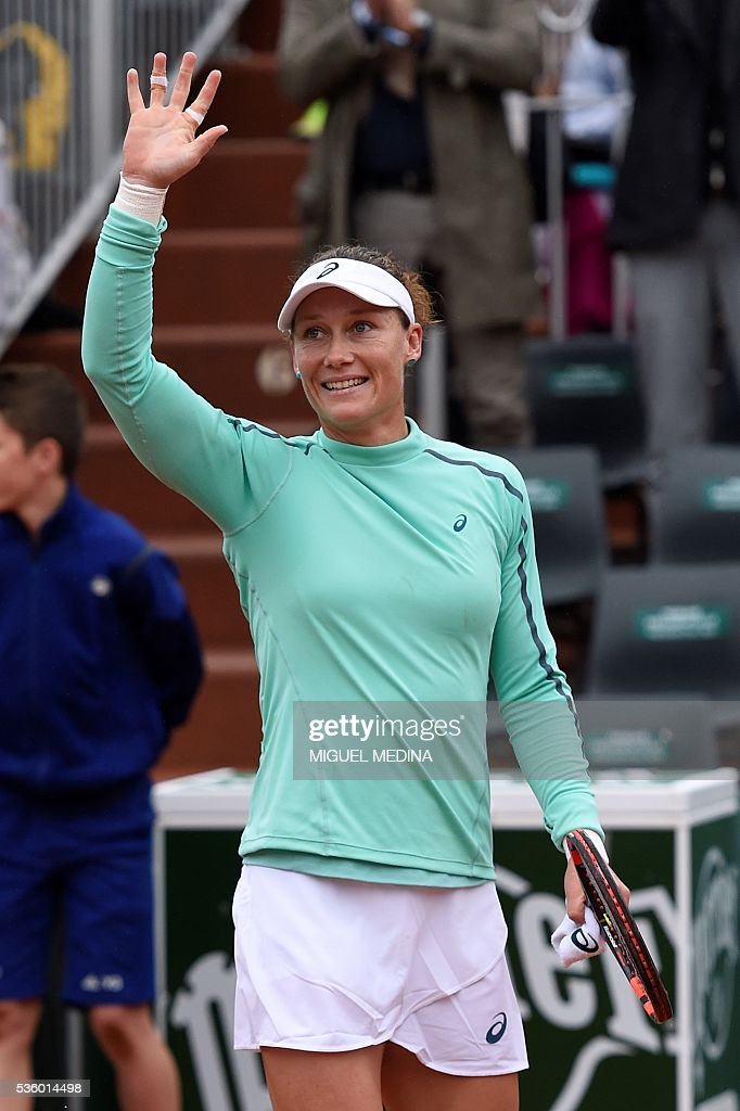 Australia's Samantha Stosur celebrates after beating Romania's Simona Halep during their women's fourth round match at the Roland Garros 2016 French Tennis Open in Paris on May 31, 2016. / AFP / MIGUEL