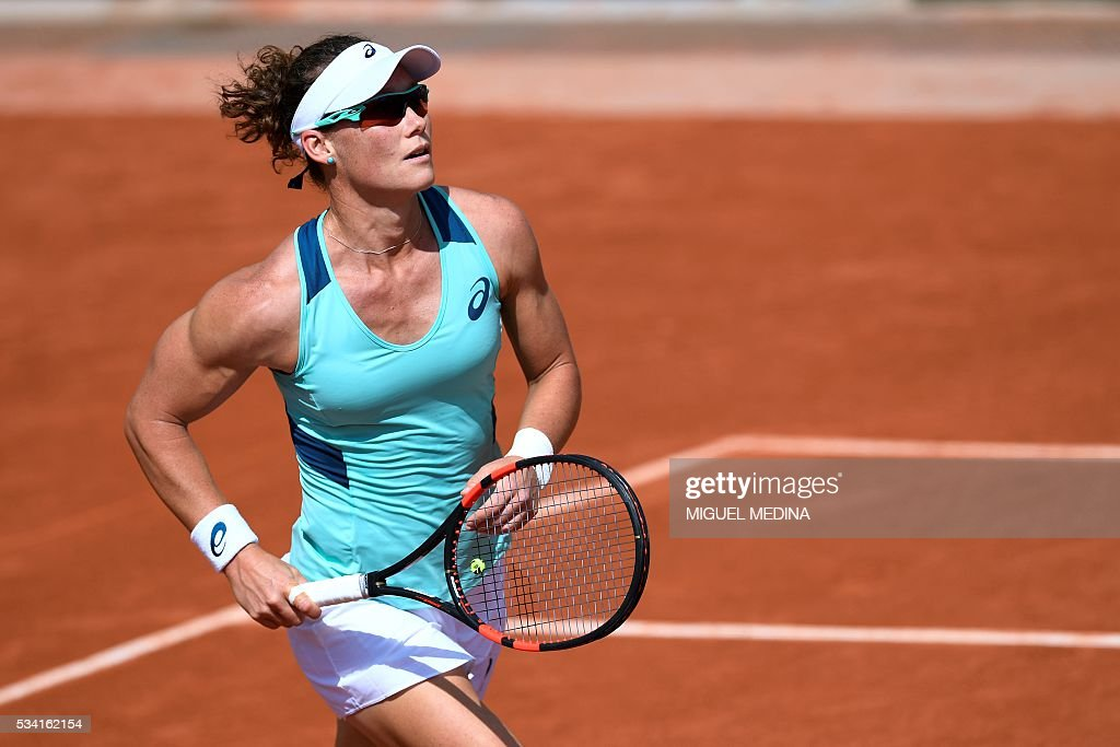 Australia's Samantha Stosur reacts during her women's second round match against China's Zhang Shuai at the Roland Garros 2016 French Tennis Open in Paris on May 25, 2016. / AFP / MIGUEL