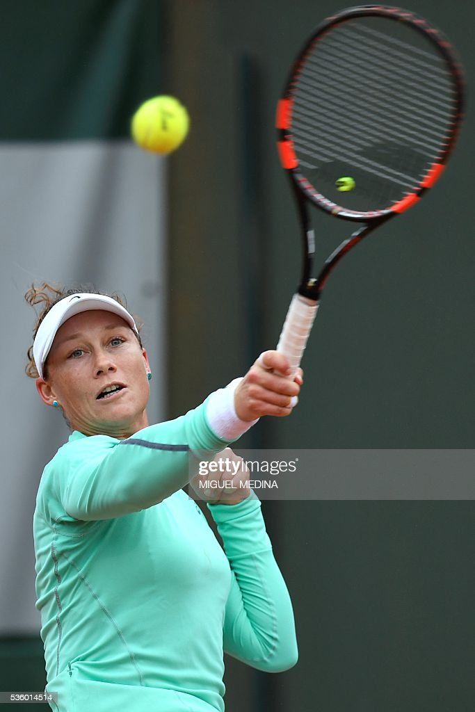 Australia's Samantha Stosur returns the ball to Romania's Simona Halep during their women's fourth round match at the Roland Garros 2016 French Tennis Open in Paris on May 31, 2016. / AFP / MIGUEL