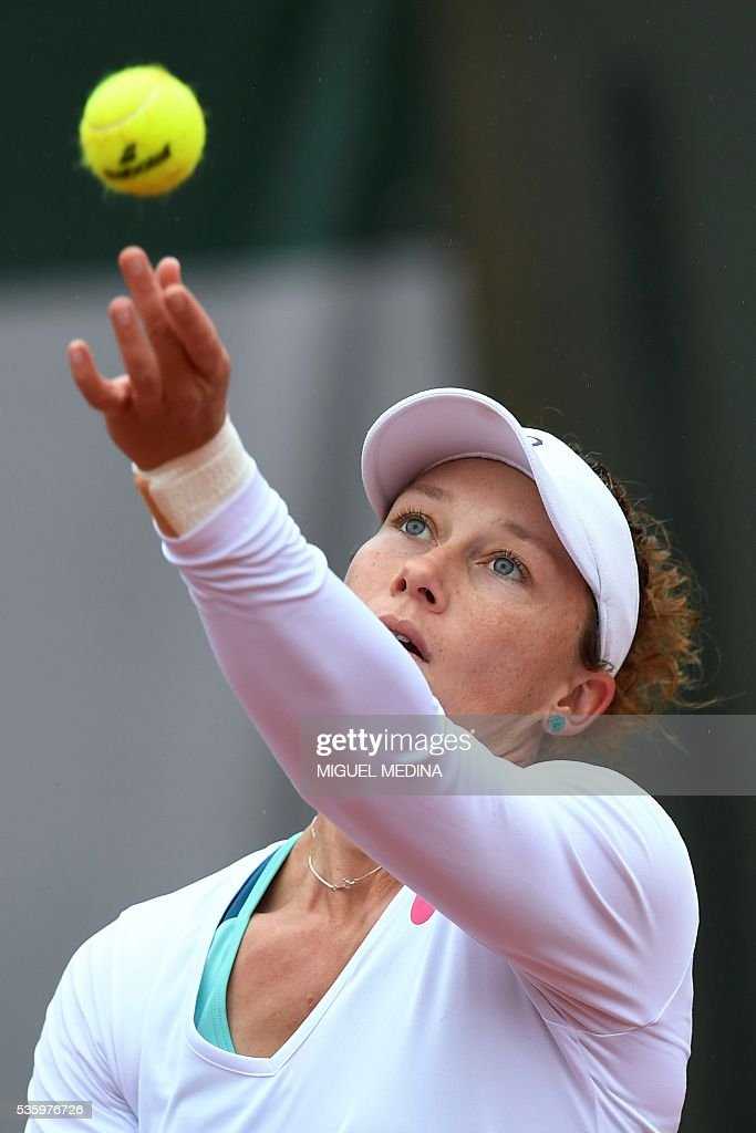Australia's Samantha Stosur serves the ball to Romania's Simona Halep during their women's fourth round match at the Roland Garros 2016 French Tennis Open in Paris on May 31, 2016. / AFP / MIGUEL
