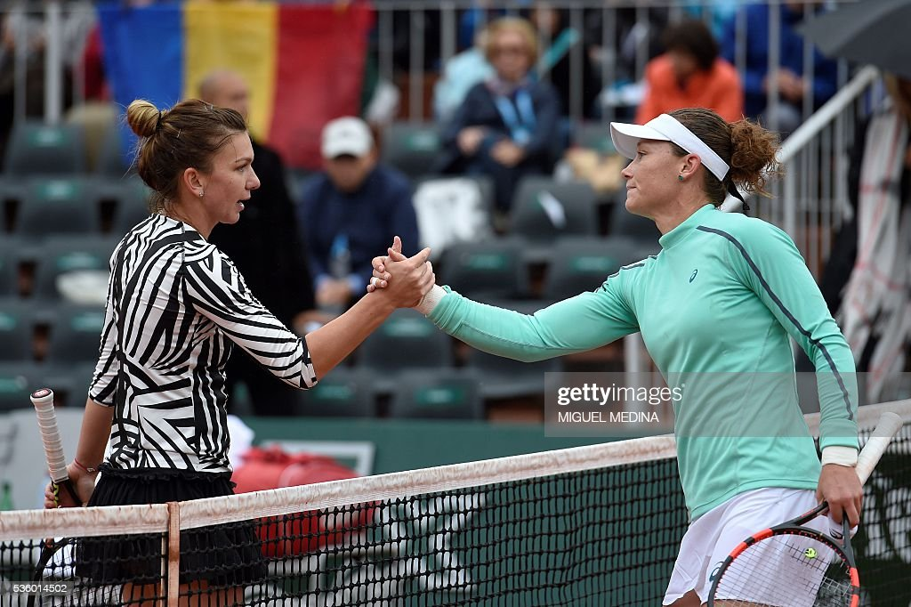 Australia's Samantha Stosur (R) shakes hands with Romania's Simona Halep after their women's fourth round match at the Roland Garros 2016 French Tennis Open in Paris on May 31, 2016. / AFP / MIGUEL