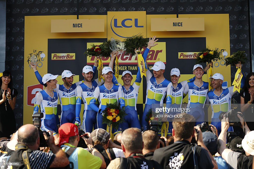Australia's Simon Gerrans (C) with his teammates after they won the 25 km team time-trial and fourth stage of the 100th edition of the Tour de France cycling race on July 2, 2013 around Nice, southeastern France. AFP PHOTO / JEFF PACHOUD