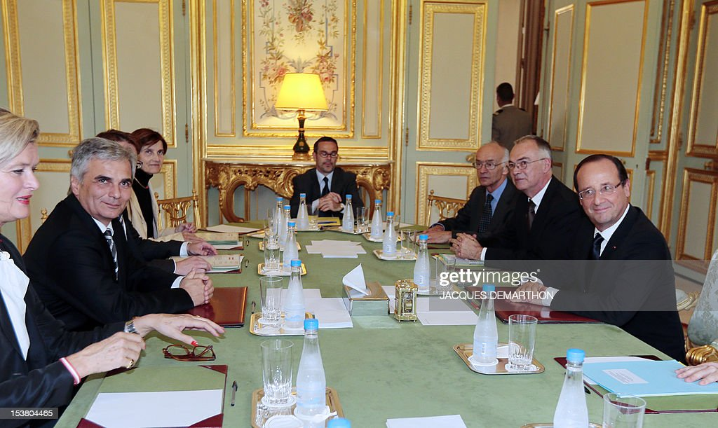 Austrian chancellor Werner Faymann (L) and French president Francois Hollande take part in a meeting, on October 9, 2012 at the Elysee Palace in Paris. POOL