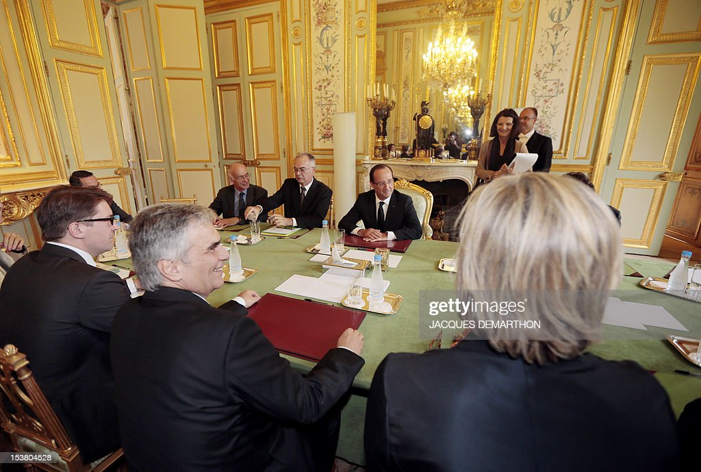 Austrian chancellor Werner Faymann (2ndL) and French president Francois Hollande (C) take part in a meeting, on October 9, 2012 at the Elysee Palace in Paris. POOL