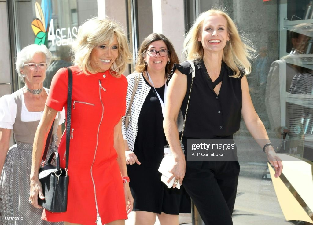 Austrian chancellor's wife Eveline Steinberger-Kern (R) and French President's wife Brigitte Macron make during a city-stroll as part of a visit to Salzburg on August 23, 2017. / AFP PHOTO / APA / Leo NEUMAYR