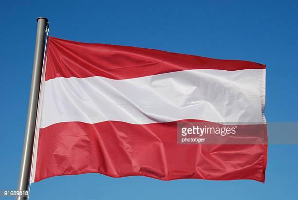 Österreichische Flagge mit blauem Himmel