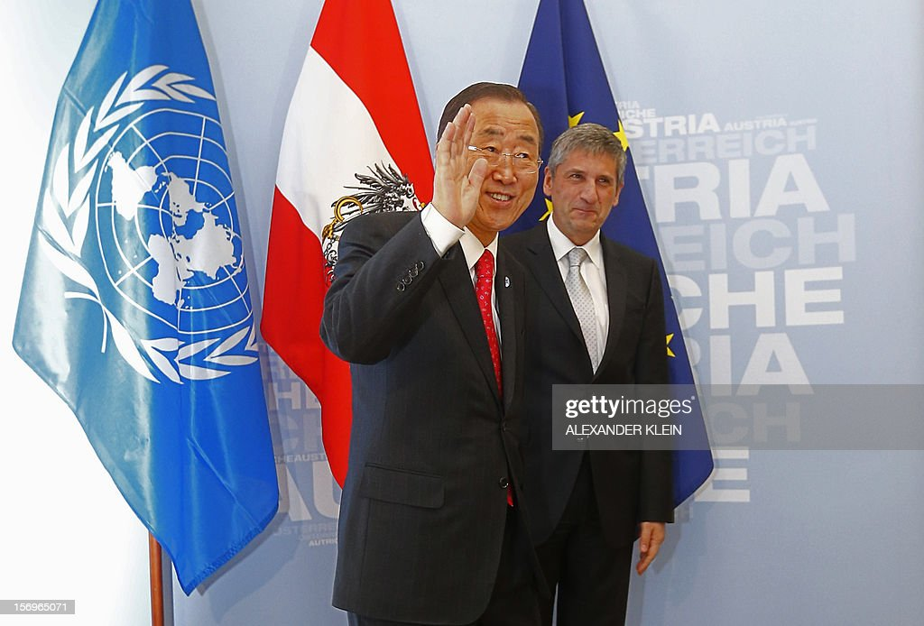 Austrian Foreign Minister Michael Spindelegger (R) welcomes United Nation Secretary General Ban Ki-moon as part of his visit to Vienna on November 26, 2012. AFP PHOTO / ALEXANDER KLEIN