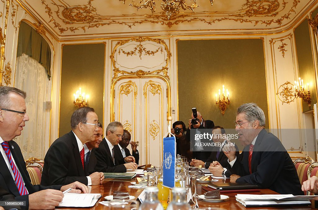 Austrian president Heinz Fischer (R) discusses with United Nation Secretary General Ban Ki-moon (L) during a meeting as part of his visit to Vienna on November 26, 2012. AFP PHOTO / ALEXANDER KLEIN