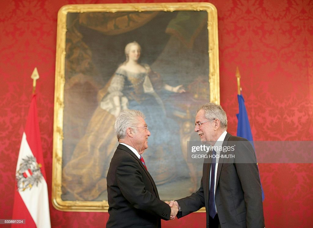 Austrian President Heinz Fischer (L) meets with President-elect Alexander van der Bellnen at the Hofburg in Vienna, on May 24, 2016. Austria's new President-elect Alexander Van der Bellen said Monday he would seek to unite the deeply divided nation, after he narrowly beat his far-right rival Norbert Hofer in a knife-edge runoff. / AFP / APA / GEORG HOCHMUTH / Austria OUT