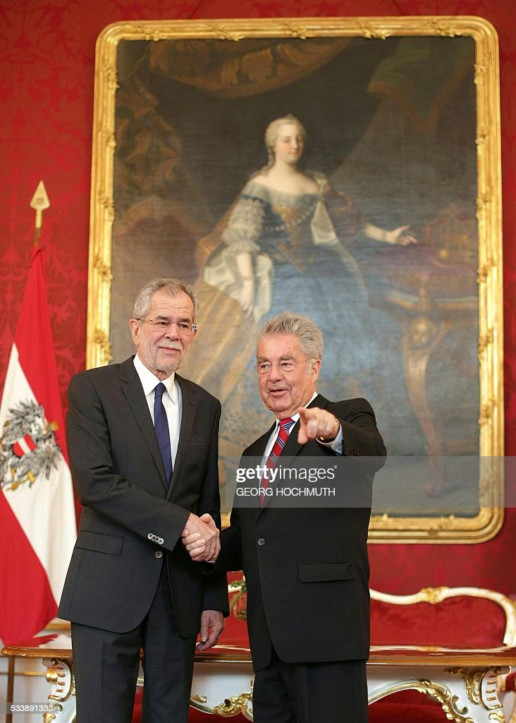 Austrian President Heinz Fischer (R) meets with President-elect Alexander van der Bellnen at the Hofburg in Vienna, on May 24, 2016. Austria's new President-elect Alexander Van der Bellen said Monday he would seek to unite the deeply divided nation, after he narrowly beat his far-right rival Norbert Hofer in a knife-edge runoff. / AFP / APA / GEORG HOCHMUTH / Austria OUT
