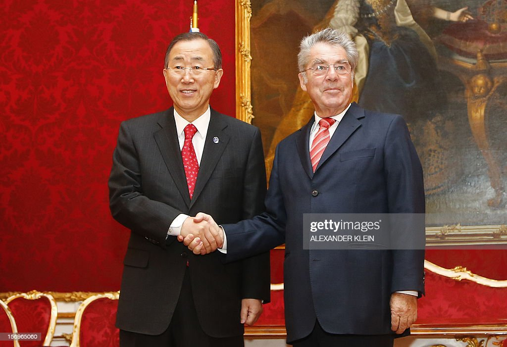 Austrian president Heinz Fischer (R) welcomes United Nation Secretary General Ban Ki-moon during his visit to Vienna on November 26, 2012. AFP PHOTO / ALEXANDER KLEIN
